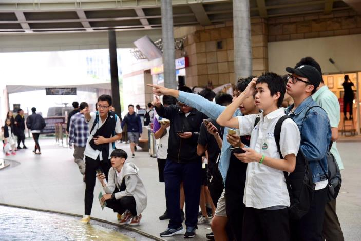 臺北市高中生於活動現場認真破解戶外實境解迷遊戲闖關