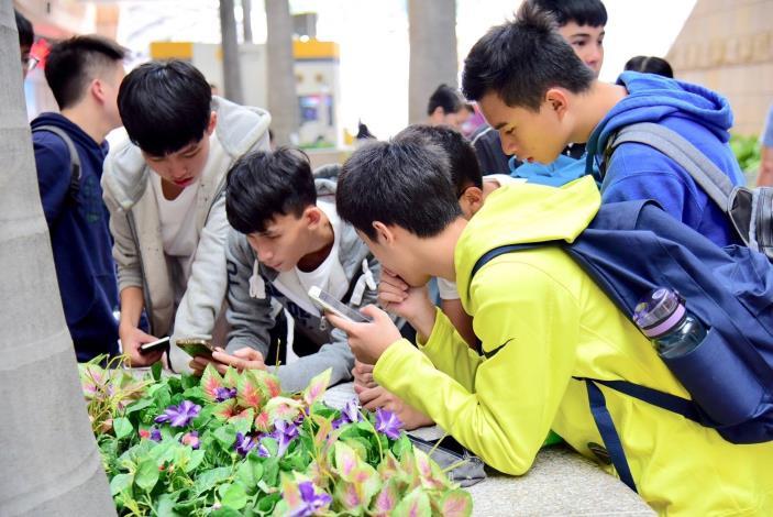 臺北市各高中優學子生認真破解戶外實境解謎遊戲闖關