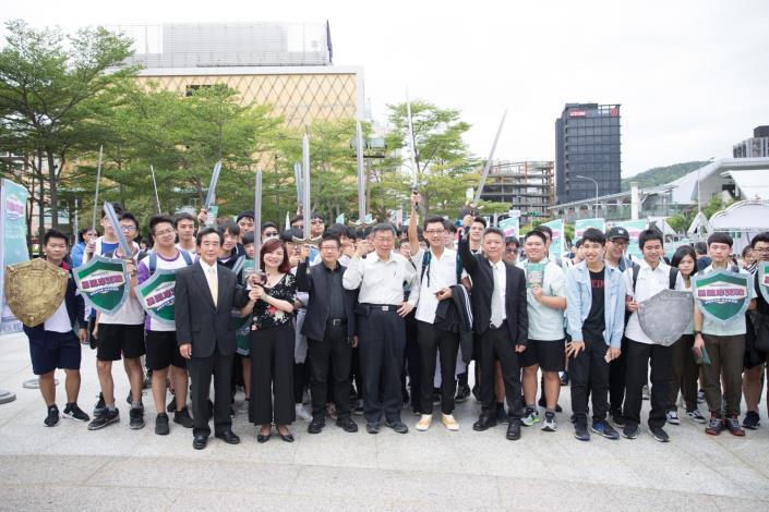臺北市市長柯文哲與貴賓宣布「召喚台北最強實境解謎高中生 十道謎題等你來 勇闖摩天輪」戶外實境解謎競賽開始