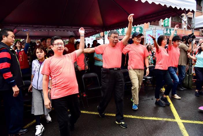 活動健走盛況市長(左2)、產業發展局林崇傑局長(左1)於活動前熱身