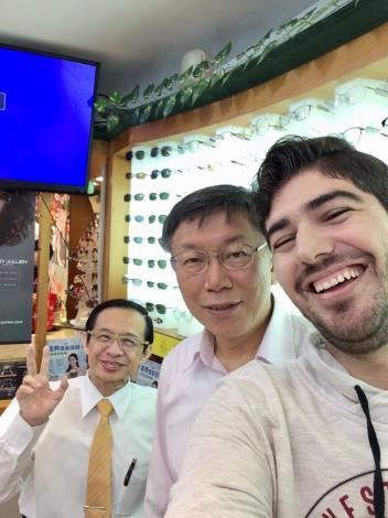 柯市長(中間)、第一眼鏡陳老闆及網紅圖佳開心自拍