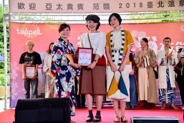 溫泉發展協會周水美理事長頒獎予浴衣設計大賞第1名參賽者