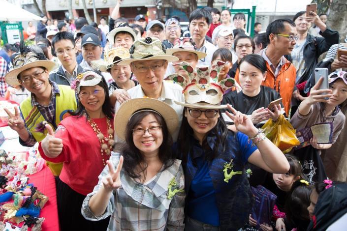 柯文哲市長及朝陽商圈呂國維理事長於朝陽創藝繽紛派對與熱情民眾合影
