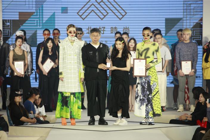 王子欣以作品「keep clam like a cat」獲得最佳布料應用獎並由市長頒贈獎盃