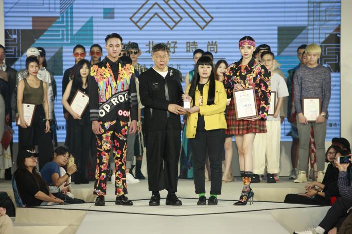 謝怡君以作品「怪誕的青春」獲得最佳版型運用獎並由市長頒贈獎盃
