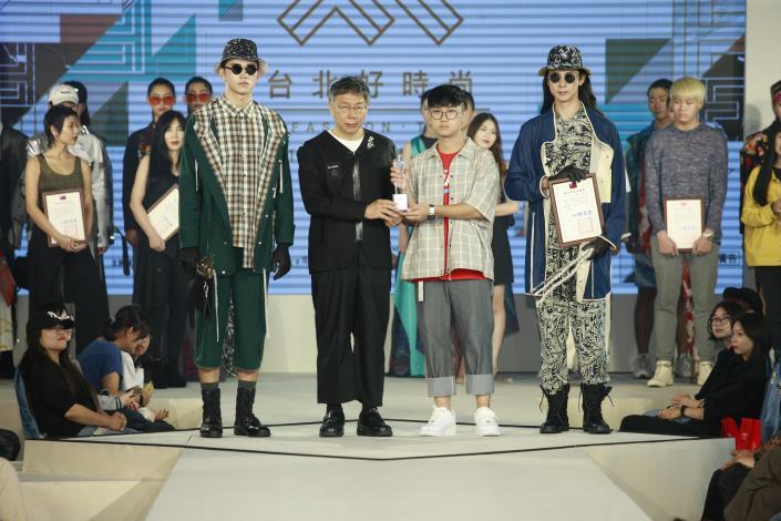 湯俊翔以作品「園藝師」獲得最佳市場潛力獎並由市長頒贈獎盃