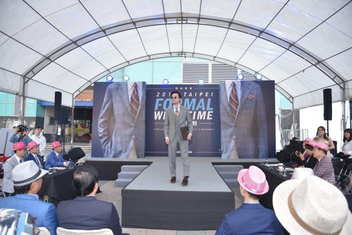 去(107)年正裝時刻優勝者黃俊維走秀