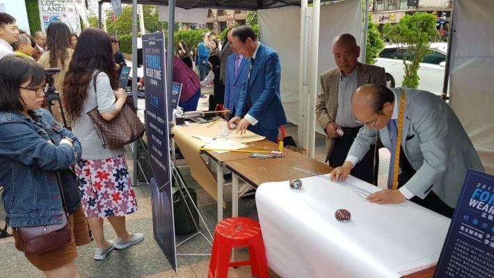名士館洋服李進權老師示範手工西服流程-打版