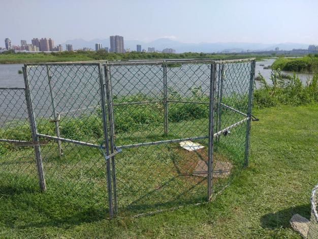 圖5.華江雁鴨公園設置圍網誘捕問題犬隻[開啟新連結]