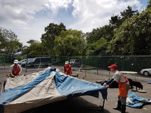 圖3.志工於颱風後幫忙搭設遛狗場遮雨棚[另開新視窗]
