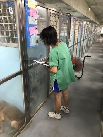 圖2.獸醫師每日例行巡視籠舍,查看動物身體狀況[開啟新連結]