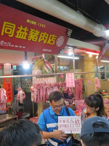 圖2_市場處會同衛生局_環保局_動保處及警察局等非洲豬瘟跨局處防治應變小組成員至市場豬肉攤進行違法屠宰聯合查緝。
