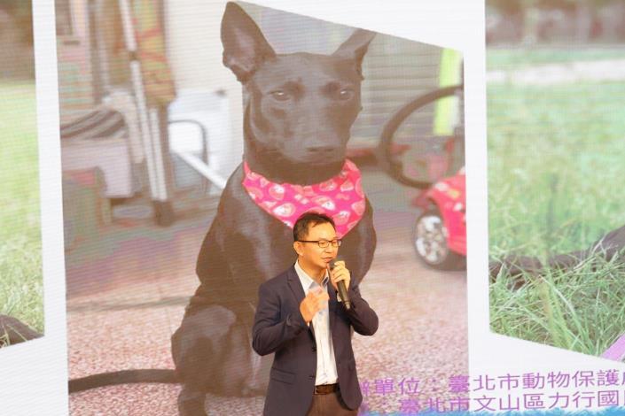 圖3.校長黃國庭講述校犬小力來到學校的故事