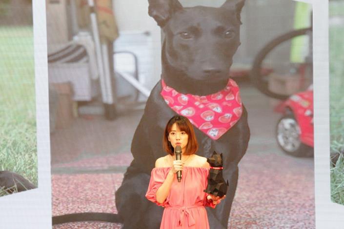圖5.藝人阿諾表示親自折了小力3D紙模型,認為有校園犬的國小很幸福