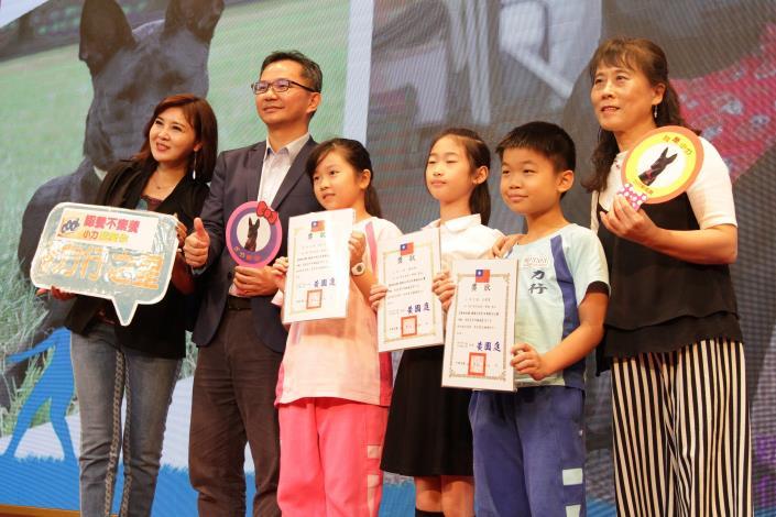 圖10.教育局何副局長頒發獎狀給徵文比賽中年級得獎小朋友
