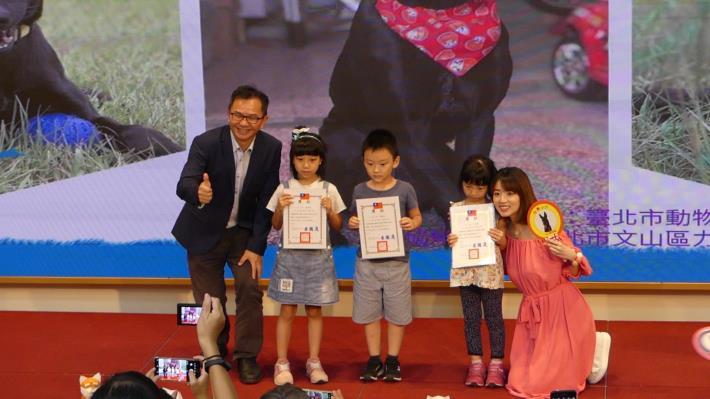 圖11.阿諾頒發獎狀給徵文比賽低年級得獎小朋友