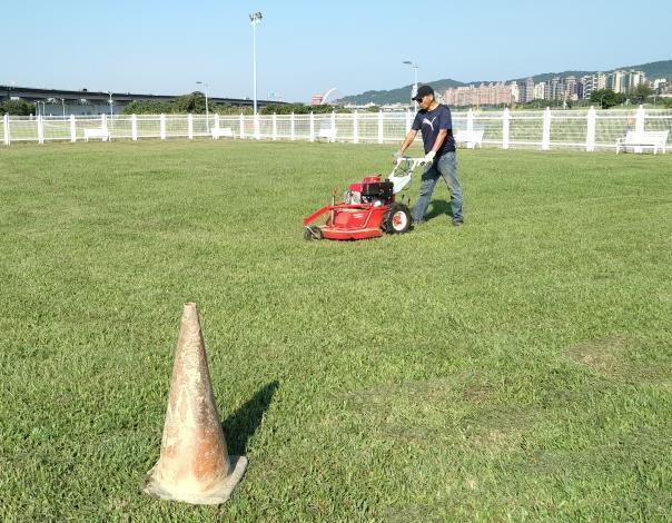 照片2.每月動保處皆請清潔廠商進行除草作業,以使場地維持在最好狀態。