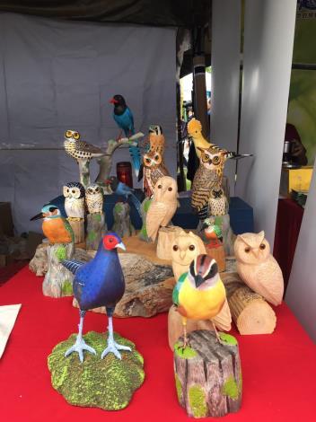 各式各樣的鳥類木雕可愛生動
