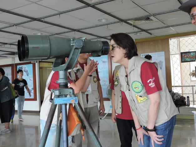 黃珊珊副市長到關渡自然公園使用望遠鏡賞鳥