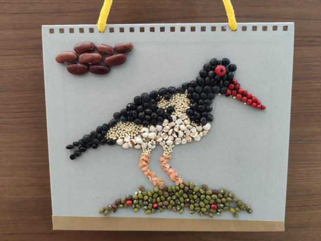 圖3._親子DIY做桌曆貼鳥拼創意作品。