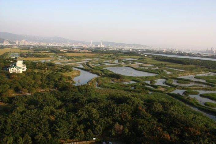 圖1._園慶當日可至自然中心二樓透過高倍望遠鏡欣賞濕地風貌與精彩的鳥況。