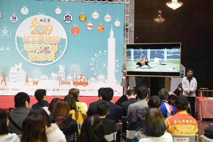 現場來賓一同觀賞由「臺北毛導遊Eva」帶大家一起來體驗北市動物友善設施的宣導短片