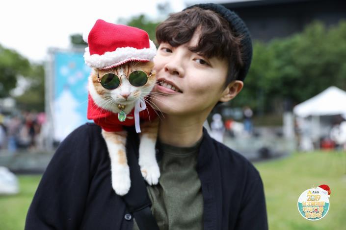 圖7. 飼主帶著貓咪穿著聖誕裝一起過聖誕