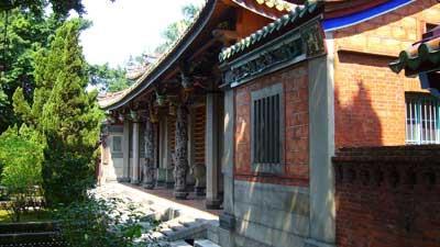 櫺星門的入口中央,有一對精美的蟠龍石柱