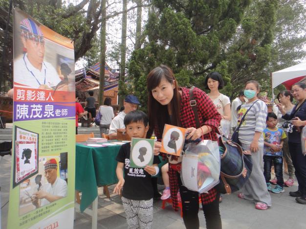 民眾開心體驗剪影達人陳茂泉老師的客製化剪影服務