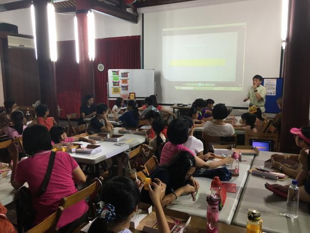 捲紙課程學員們專注聽講且動手練習[開啟新連結]