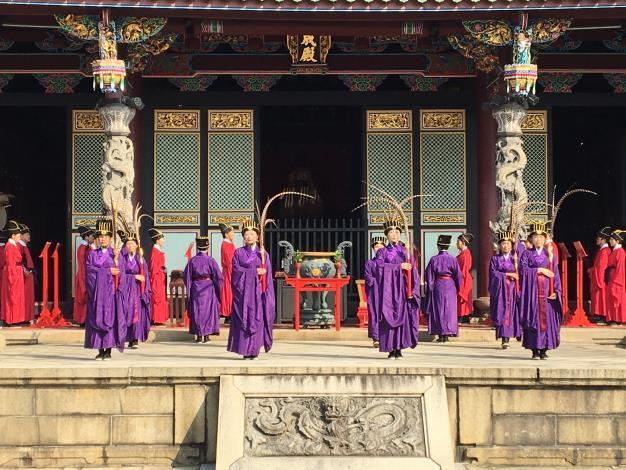 臺北孔廟雅樂舞志工於大成殿前展演