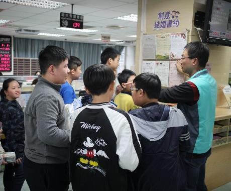 檔案展系列活動-松山國小高年級同學參觀本所[開啟新連結]