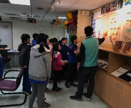 檔案展系列活動-松山國小高年級同學參觀本所,課長導覽中.JPG[開啟新連結]