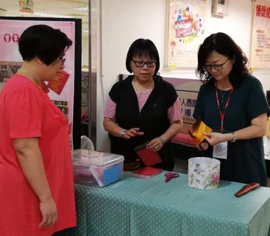 徐老師展現剪紙技藝贈送祝福話語給現場民眾