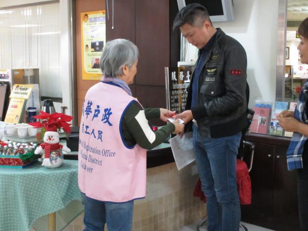志工媽媽贈送洽公民眾聖誕糖果瓶[另開新視窗]