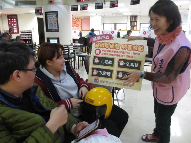 志工媽媽與民眾互動進行趣味問答[另開新視窗]