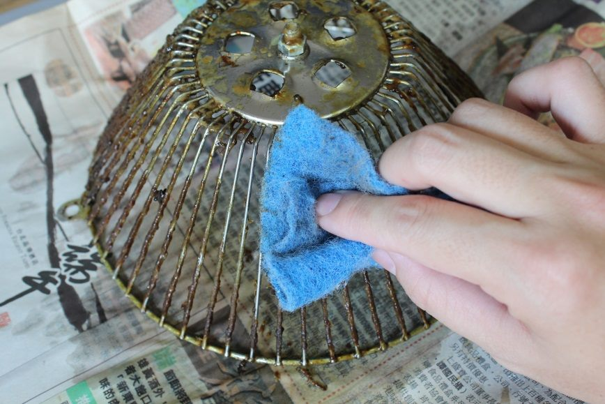 只需報紙、麵粉及小蘇打粉手邊可得的材料,抽油煙機集油杯的頑強汙垢也能輕鬆去除