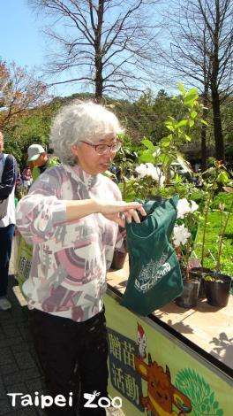 民眾都有自備環保袋來盛裝樹苗[開啟新連結]