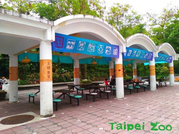 特展展期從107年5月20日起至107年8月30日止,運用臺北市立動物園主軸步道涼亭,規劃成一幅永續食堂意境的戶外場景![開啟新連結]