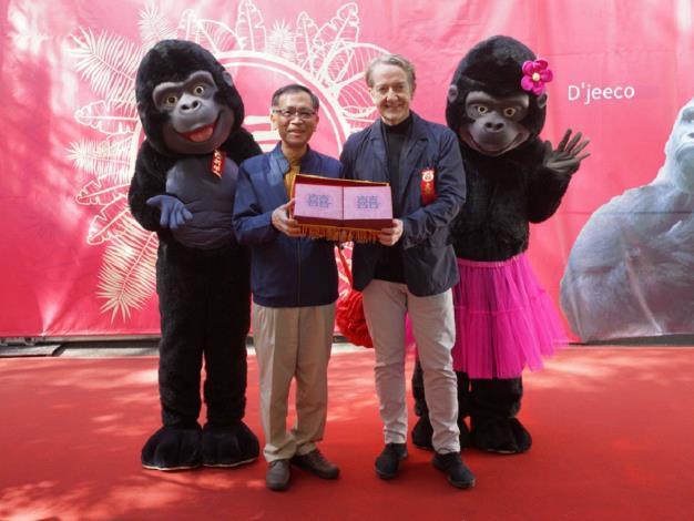 今天上午臺北市立動物園特別於非洲區舉辦了一場溫馨有趣的金剛猩猩婚禮.JPG