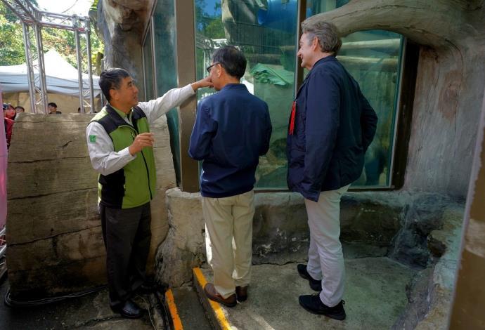 臺北市政府蔡炳坤副市長(中)、荷蘭貿易暨投資辦事處紀維德代表(右)和母金剛猩猩相見歡.JPG
