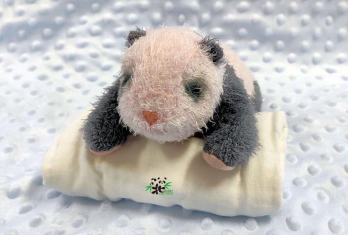 粉紅色的大貓熊娃娃透出淡淡的黑白色,重量則達450公克重