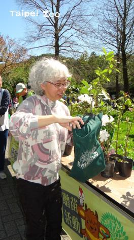 為了減少塑膠袋的使用,請大家記得攜帶環保袋來盛裝樹苗唷!
