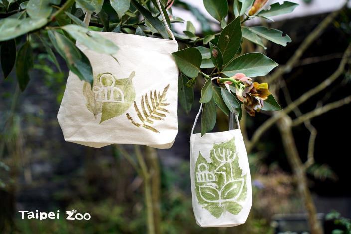 3月14日完成闖關,可以到昆蟲館-蟲蟲探索谷中採集植物,設計拓印獨一無二的專屬環保帆布袋