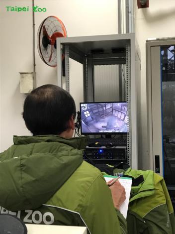當大部分員工早已下班的夜晚,卻有一群保育員還待在辦公室裡,不管外面的蟲鳴鳥叫有多麼吸引人,他們卻只緊盯著監視器,觀察「友愷」在動物欄舍的一舉一動(陳依婷攝)