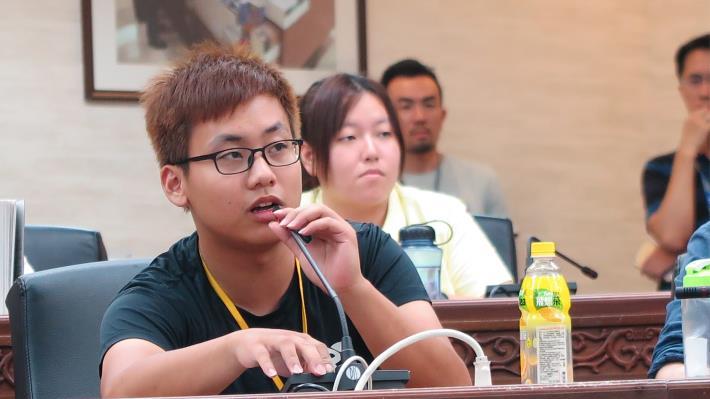 學生在模擬市政會議提出自己的觀察.JPG