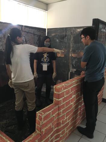 消防局特別帶學生見習火場鑑定,從起火實驗、模擬火場觀摩及鑑定火場證物等