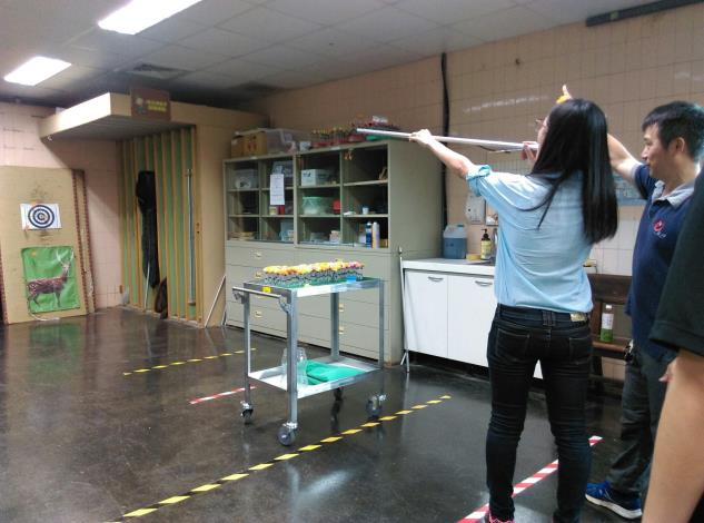 北市立動物園特別安排讓見習生練習吹箭