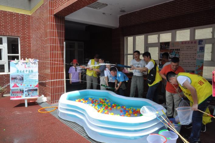 寶貝們開心體驗射水槍攤位.JPG