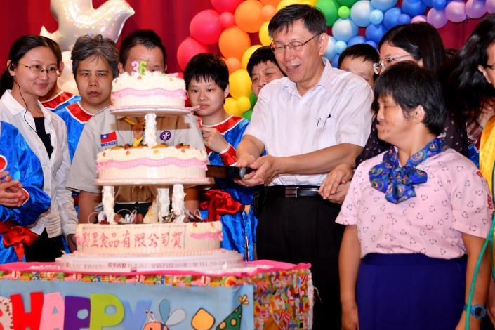 柯市長文哲、廖院長秋芬、陽明寶貝們及蒞臨之嘉賓一同切下生日蛋糕,祝福陽明36週年生日快樂